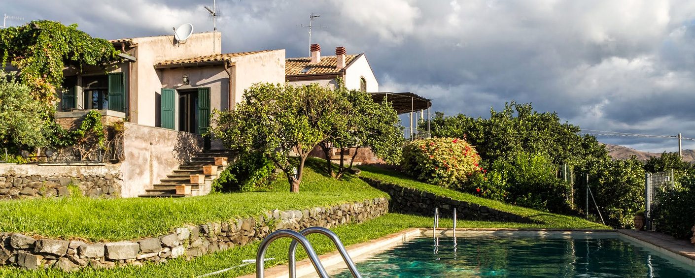 Three farrmhouses in a lush orange grove by the sea, perfect for a large group near Taormina