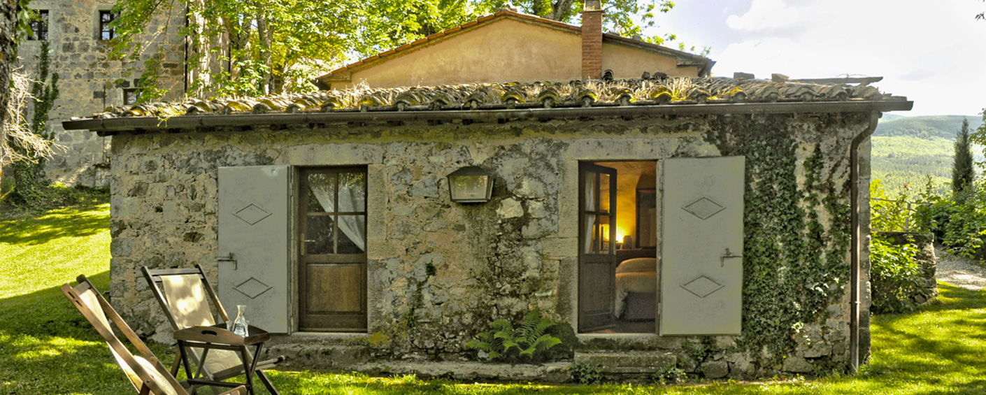 Charming cottage standing on its own on the edge of a hamlet