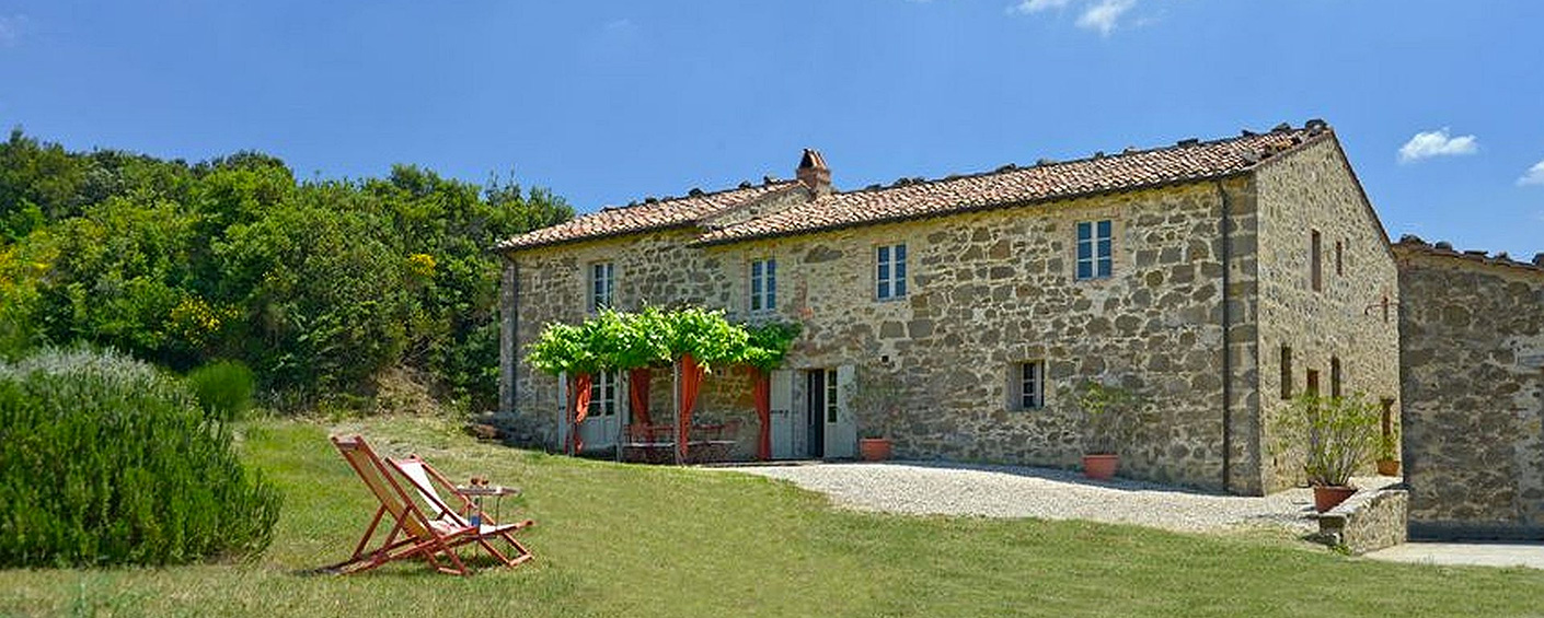 Restored farmhouse with pool and views onto the vineyards of Montalcino